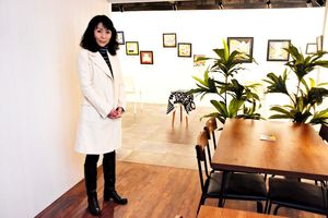 ギャラリー併設のバーをオープンした吉田由美子さん=佐賀市中央本町のバー417