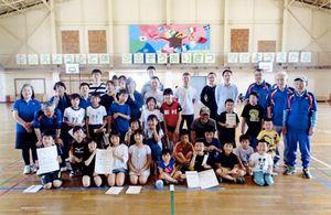 佐賀市北川副校区少女ミニバレーボール大会、少年ドッチビー大会、少年ストラックアウト大会の優勝チームと参加者ら