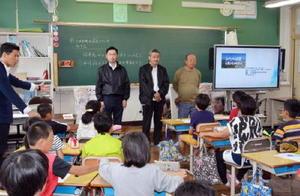 担任から紹介を受ける市民の自主製作映画「ふたつの巨星」スタッフ=小城市砥川小学校