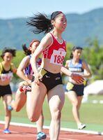 陸上女子100メートル決勝 11秒74の県高校新で優勝した佐賀北の永石小雪=佐賀市のSAGAサンライズパーク運動場補助競技場(撮影・米倉義房)
