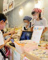 佐賀県産品を使ったスイーツを販売する子どもたち=県庁地下1階