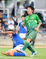 サッカー男子決勝・佐賀北-武雄 前半、シュートを決める佐賀北の板橋蓮(右)=鳥栖市陸上競技場