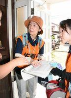 浸水の被害があった住宅を訪れ、住民に困り事を聞く保健師たち=杵島郡大町町
