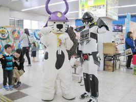 「305系マン」(右)と「唐ワンくん」=5月16日、JR唐津駅