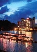 天領日田は元気だ。たそがれ時の三隅川に浮かび上がる屋形船と旅館街