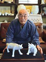 ろくろ技術を駆使して犬の置物を作った村島昭文さん=有田町大樽