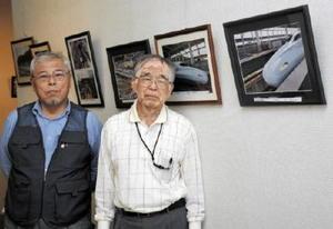 新鳥栖駅開業5周年の記念写真展を開いている藤瀬さん(左)と大野さん=鳥栖市立図書館