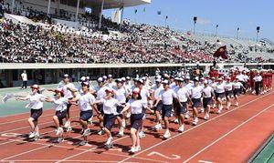2018高校総体が開幕し、開会式で堂々と行進する各校の生徒たち=佐賀市の県総合運動場陸上競技場