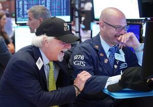 初の2万7千ドルを超え喜ぶニューヨーク証券取引所のトレーダーたち(UPI=共同)