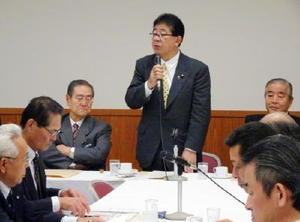 プロジェクトチームの会合で沿岸4県の漁協組合長らを前にあいさつする座長の金子恭之衆院議員=東京・永田町の自民党本部