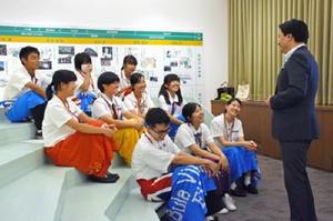 民族衣装「スル」を身に着けて帰国報告をした生徒たち=佐賀市の県庁
