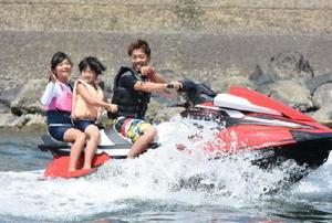 マリンジェットを楽しむ子どもたち=太良町B&G海洋センター艇庫