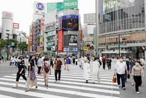 人が行き交う東京・渋谷のスクランブル交差点=25日午後
