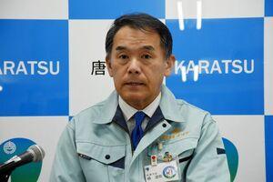 唐津市七山で計画されている風力発電事業について見解を述べる峰達郎市長=唐津市役所