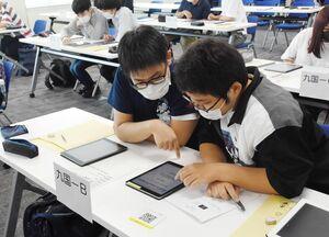 サイバーセキュリティーに関する4択問題に挑戦する学生=佐賀市のアイスクエアビル