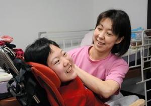 利用者の入浴サービスの準備をする看護師(右)。講演会では福祉ナースが経験談を語る=小城市三日月町の重症児者デイサービス「いーはとーぶ」