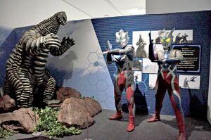 怪獣レッドキングと、ウルトラヒーローたち=佐賀市の県立美術館