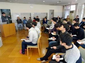 OB有志が県出身学生らに就職活動に向けてアドバイスした勉強会=東京・小金井市の松濤学舎