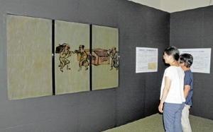 つないだ3枚のパネルの中で動き回る名護屋城図屏風を展示する会場