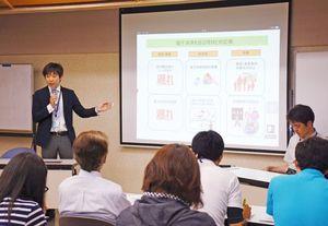 県が業者向けに開いた電子決済導入の説明会=昨年6月、佐賀市