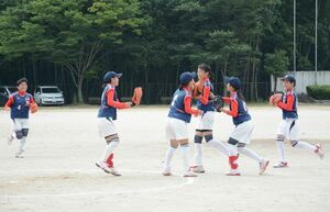女子ソフトボールリーグ戦 国見を破り、喜び合う西有田の選手たち。西有田が優勝した=有田中央運動公園