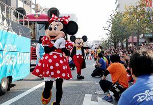 パレードで観客に手を振るミニーマウスとミッキーマウス=佐賀市の中央大通り