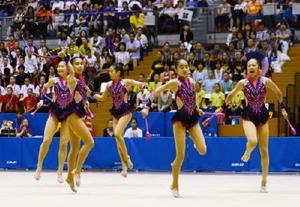 新体操女子団体 大きなミスはなかったが19位にとどまった佐賀女子の演技=松江市総合体育館
