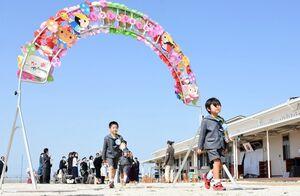 青空の下での卒業式を終え、晴れやかな表情で退場する園児たち=佐賀市川副町の鳳鳴乃里幼稚舎