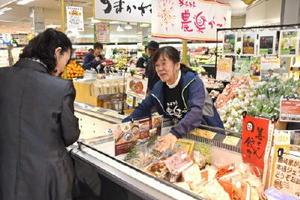 地元の農産物や加工品がそろう「うまかさが」。生産者や加工業者らが売り場に立つ=佐賀市新栄東のアルタ新栄店