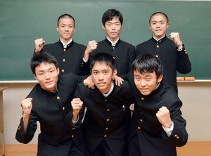 2年ぶり3回目の優勝を飾った唐津東高のメンバー=佐賀市の致遠館高