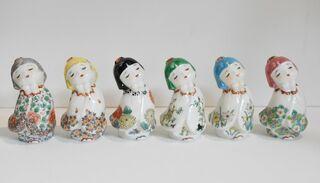 愛らしい童人形華やかに 有田焼と博多人形コラボ