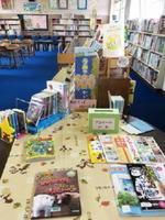 伊万里小学校の学校図書館。学校図書館には、どんな本がそろっているでしょう?
