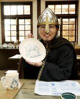 「ヴィンランド・サガ」の主人公トルフィンを絵付けした幸村誠さん=有田ポーセリンパーク