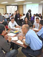 留学生とコミュニケーションをとる警察職員=佐賀市の県警本部