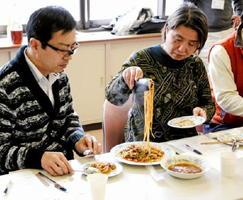 しし肉をそぼろに加工し、みそであえたパスタを試食した町内の飲食業者ら=吉野ヶ里町のきらら館