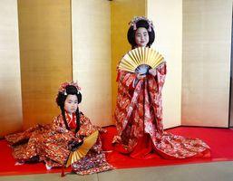 打ち掛けを着て、お姫様気分を味わう子どもたち=佐賀市の佐賀城本丸歴史館