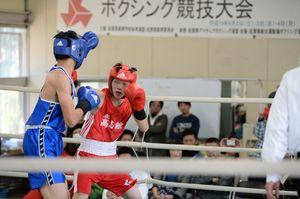 男子ライト級決勝 右ストレートで攻める高志館の南里真城(右)=佐賀市の県ボクシング場