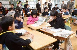 公開授業でそれぞれ選んだ記事を紹介し、そこから会話を広げる子どもたち=武雄市の西川登小