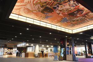 フロントを中央に移し、曳山の天井絵を配した1階ロビー=ホテル&リゾーツ佐賀唐津