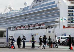 19日、クルーズ船「ダイヤモンド・プリンセス」から下船した人たち=横浜港