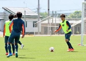 横浜M戦に向けてミニゲームで調整するDF小林(右)ら=4日、鳥栖市北部グラウンド