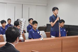 大会を振り返るサガン鳥栖U-15の林奏太朗選手(右)=佐賀市役所