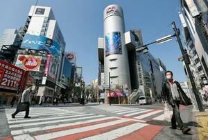 外出自粛要請で、人通りがまばらな東京・渋谷=4日午前
