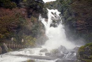 放流が最大時の見帰りの滝=唐津市相知町