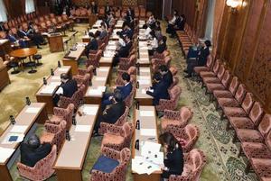 主な野党議員が欠席のまま開かれた参院予算委=14日午後