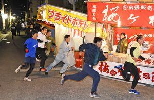 與賀神社・佐賀恵比須神社の「福男走」で疾走する参加者=10日午前6時半、佐賀市与賀町