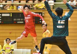 トヨタ紡織九州-大同特殊鋼 後半、トヨタ紡織九州の梅本貴朗(左)がシュートを決め、20-22とする=愛知県の東海市民体育館