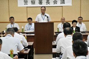 警察署長会議で県警幹部らに訓示する三田豪士本部長(中央)=佐賀市の県警本部