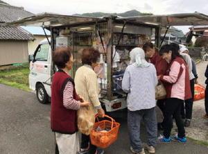 千葉県南房総市で行われているセブン―イレブンの移動販売=10月