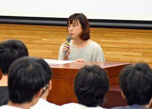 「今ある幸せに気付いてほしい」と語りかける宮元篤紀さん=佐賀市の佐賀大鍋島キャンパス